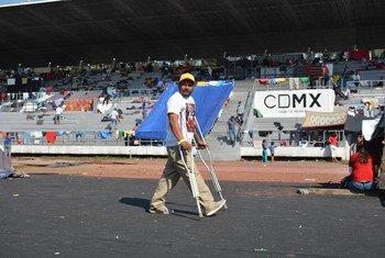 Un centroamericano que camina con muletas tras la larga travesía en el estadio Jesús Martínez 'Palillo' en Ciudad de México. 6 de noviembre de 2018