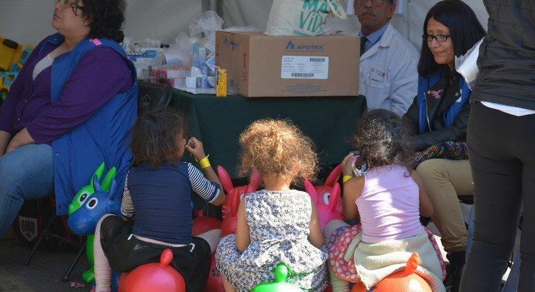 Un grupo de niñas que viajan en el caravana de migrantes en el estadio Jesús Martínez 'Palillo' de la Ciudad de México.