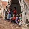فتيات في مخيم مؤقت شمال سوريا.