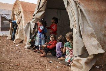 Des filles sont assises dans la tente d'un camp de fortune dans le nord de la Syrie, 2018
