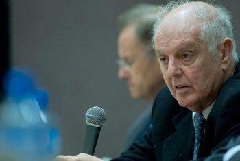联合国和平使者巴伦博伊姆资料图片