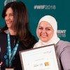 سيدة الأعمال الأردنية لمى شعشاعة تتلقى الجائزة الفضية في احتفال توزيع جوائز