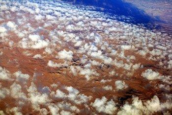 Nuvens sobre o deserto no sul da Líbia. Desertos formam uma grande parte do país e assentamentos humanos são encontrados principalmente em torno de oásis.