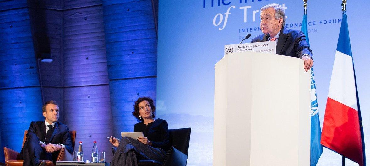 Le Secrétaire général de l'ONU, António Guterres, le 12 novembre 2018 à Paris, en France, lors du Forum sur la gouvernance de l'Internet, aux côtés du président français Emmanuel Macron et de la Directrice générale de l'UNESCO, Audrey Azoulay