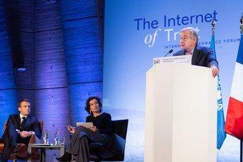 Katibu Mkuu wa UN,Antonio Guterres (kulia) akihutubia  mkutano kuhusu Intaneti(IGF) mjini Paris Ufaransa.