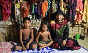 एक महिला रोहिंज्या शरणार्थी चार में से जीवित बचे अपने दो बच्चों के साथ बांग्लादेश में एक शरणार्थी शिविर में - 22 अक्तूबर 2018