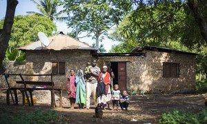 Kombo Asumani Kombu y su familia asistieron a una taller de ACNUR en Shimoni, Kenya, para hablar de su experiencia como apátridas.