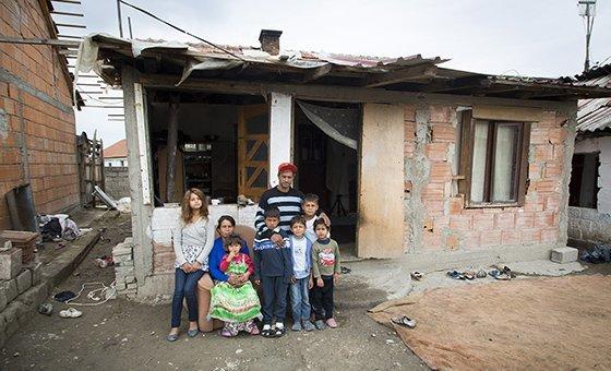 أسرة أمام منزلها بعد مشاركتها في ورشة عمل حول انعدام الجنسية في مدينة سكوبي. معظم عديمي الجنسية في هذه المنطقة، يأتون من جمهوريات يوغسلافيا السابقة. (2017)