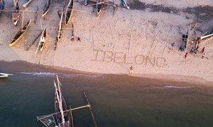 A Madagascar, les mots de la campagne du HCR contre l'apatridie #IBelong #Jexiste ont été dessinés sur le sable.