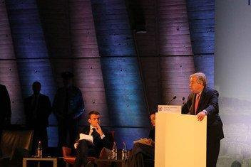 Katibu Mkuu wa Umoja wa Mataifa António Guterres (Kulia) akihutubia mkutano wa jukwaa la usimamizi wa intaneti,IGF,unaofanyika hii leo mjini Paris Ufaransa, Kwenye Jukwaa ni Emanuel Macron wa Ufaransa na Audrey Azoulay-UNESCO