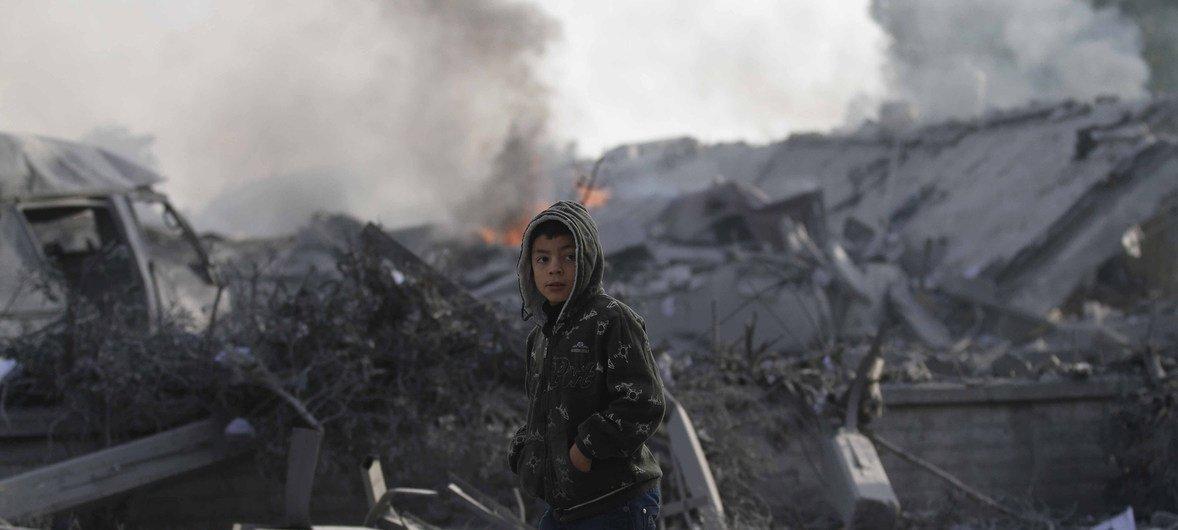 Menino de 12 anos junto a casas destruídas na cidade de Rafa, no sul da Faixa de Gaza