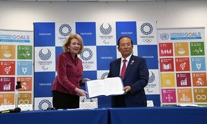 La Secretaria General Adjunta de Comunicaciones Globales de la ONU, Alison Smale (izq.) y Toshiro Muto, director ejecutivo del Comité Organizador de los Juegos Olímpicos y Paralímpicos de Tokio 2020 durante la ceremonia de firma.