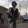2018年11月,一名维和人员正在马里城市加奥(Gao)的街道上巡逻。这是马里稳定团维和警察与马里国民警卫队成员每天都要执行的任务。