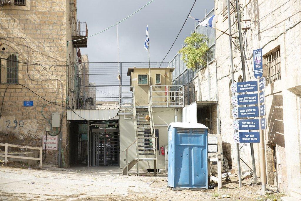 oint de contrôle vers l'école Qurtoba à l'intérieur de la zone militaire israélienne fermée dans la zone H2 à Hébron, en Cisjordanie.