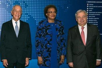 O presidente da república de Portugal, Marcelo Rebelo de Sousa, a secretária executiva da Cplp, Maria do Carmo Silveira e o chefe da ONU, António Guterres, durante cerimônia da Cplp em Lisboa
