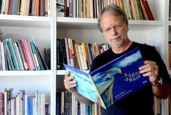 """Novo livro de Mia Couto, """"Água e a Águia"""", foi apresentado em Maputo após ser lançado em Portugal"""