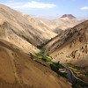 在阿富汗,森林遭到砍伐后干涸的山谷。