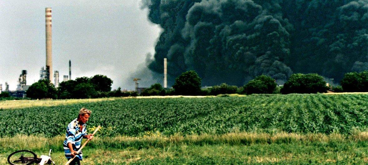 Incendies à la raffinerie de pétrole, Pancevo, Serbie.le bombardement de dizaines de sites industriels lors du conflit du Kosovo en 1999 a entraîné une contamination chimique toxique.