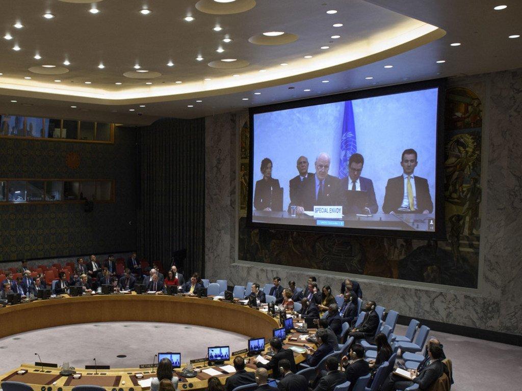 L'Envoyé spécial de l'ONU pour la Syrie, Staffan de Mistura, lors d'un exposé devant le Conseil de sécurité, par visioconférence en 2018.