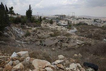 从东耶路撒冷拜特-哈尼纳(Beit Hanina)被拆毁的巴勒斯坦人房屋的废墟上俯瞰皮斯加特齐耶夫(Pisgat Ze'ev)定居点。