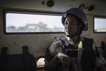 Un policía de la ONU patrulla las calles de Gao, en Benin, Mali, en una operación conjunta con la Guardia Nacional de ese país.
