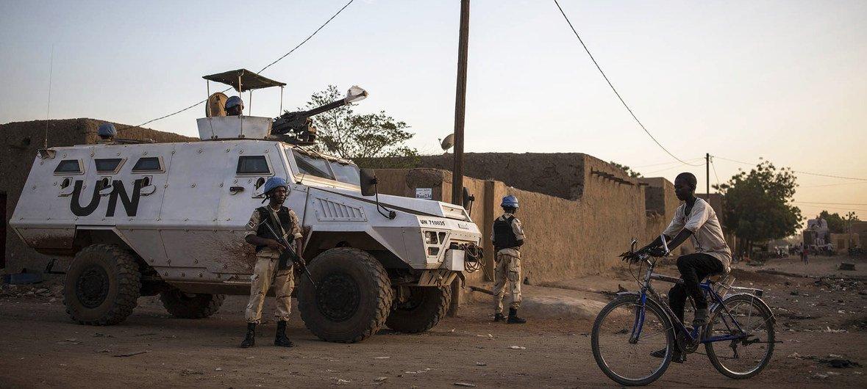 Des casques bleus béninois de la mission de maintien de la paix des Nations Unies au Mali (MINUSMA) et la Garde nationale malienne effectuent des patrouilles conjointes quotidiennes dans les rues de Gao en novembre 2018.