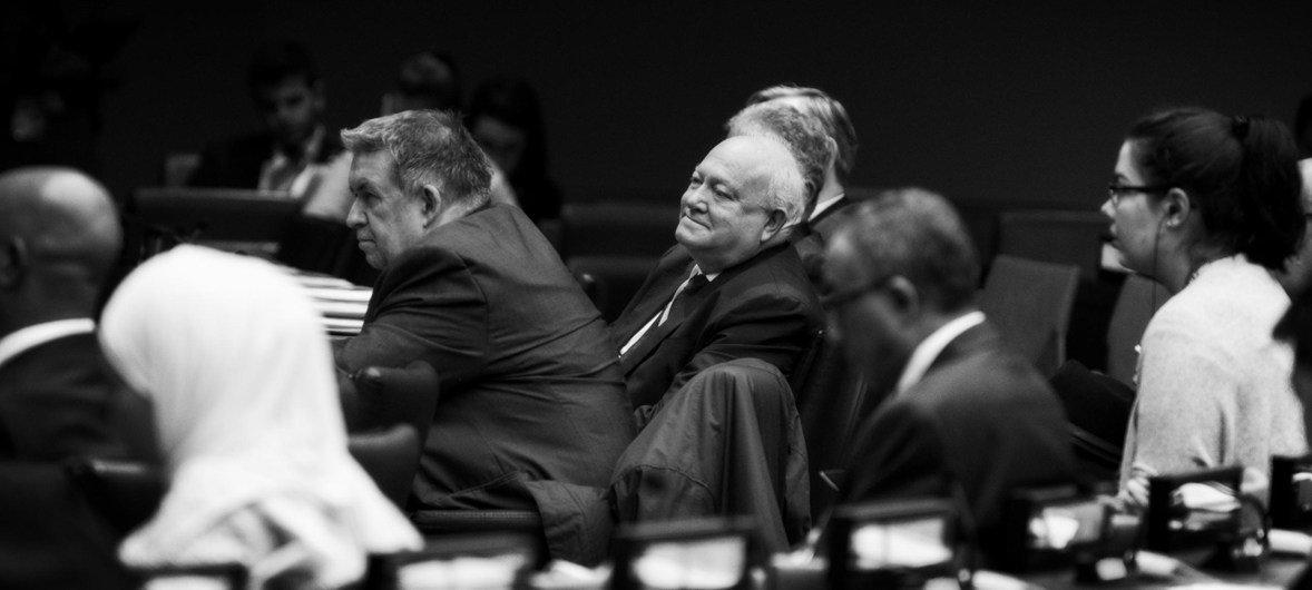 莫拉蒂诺斯(中)在不同文明联盟于纽约联合国总部举行的全球论坛上。