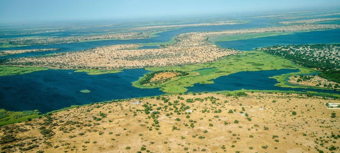 从飞机上鸟瞰,乍得湖的严重沙漠化现象一目了然。在过去50年间,乍得湖盆地的面积从2万5千平方公里缩小到了2千平方公里。