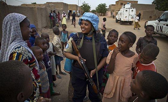 Une femme policière rwandaise déployée au sein de la Mission des Nations Unies au Mali (MINUSMA).
