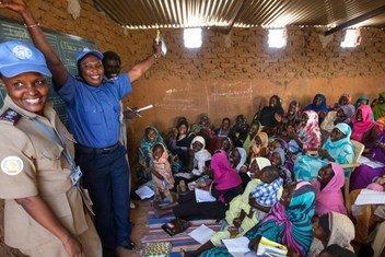 Polisi wa UNAMID wakiwezesha mafunzo ya lugha ya kiingereza kwa wanawake wakimbizi wa ndani mjini El Fasher , Kaskazini mwa Darfur Sudan