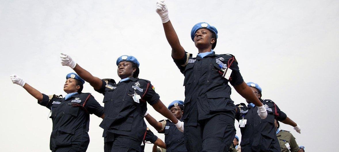 2011年,非洲联盟-联合国达尔富尔混合行动的女警在联合国维持和平人员国际日纪念活动上列队。