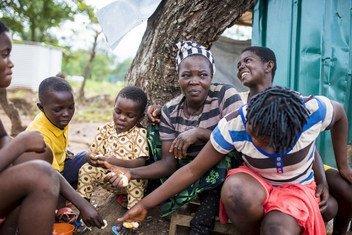 2018年9月,一个来自喀麦隆的难民家庭坐在尼日利亚东南部奥戈贾(Ogoja)一处营地内的帐篷外。