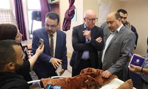 جيمي ماكغولدريك منسق الأمم المتحدة للشؤون الإنسانية في الأرض الفلسطينية المحتلة يزور المرضى في مستشفى الشفاء بغزة مع عدد من الأطباء وممثل منظمة الصحة العالمية.