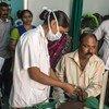 Une infirmière en Inde vérifie le niveau de sucre dans le sang de patients diabétiques.