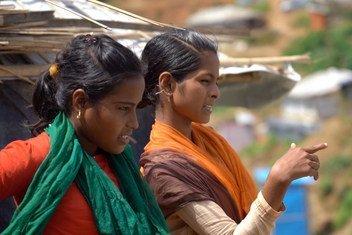 Tasmin (à droite), une étudiante bangladaise, parle à son amie Rajima (à gauche), réfugiée rohingya, au camp de réfugiés Hakimpara à Cox's Bazar, au Bangladesh (août 2018).