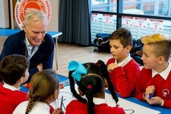 Philip Alston, relator especial da ONU para a pobreza extrema e os direitos humanos ouve crianças da Escócia em novembro de 2018.