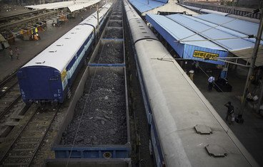 एक नई रिपोर्ट में देशों को विनाशकारी ग्लोबल वार्मिंग से बचाने के लिये प्रति वर्ष जीवाश्म ईंधन के उत्पादन में 6 प्रतिशत की कटौती करने का आग्रह किया गया है. यहाँ कोयले से लदी एक मालगाड़ी, भारत के एक रेलवे स्टेशन पर खड़ी है. (फाइल फोटो)
