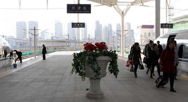Pasajeros en la estación de tren de Tianjin, en China.