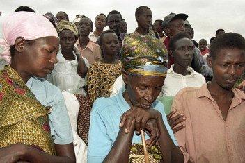 Survivants du génocide au site de Mwurire, au Rwanda (1998).