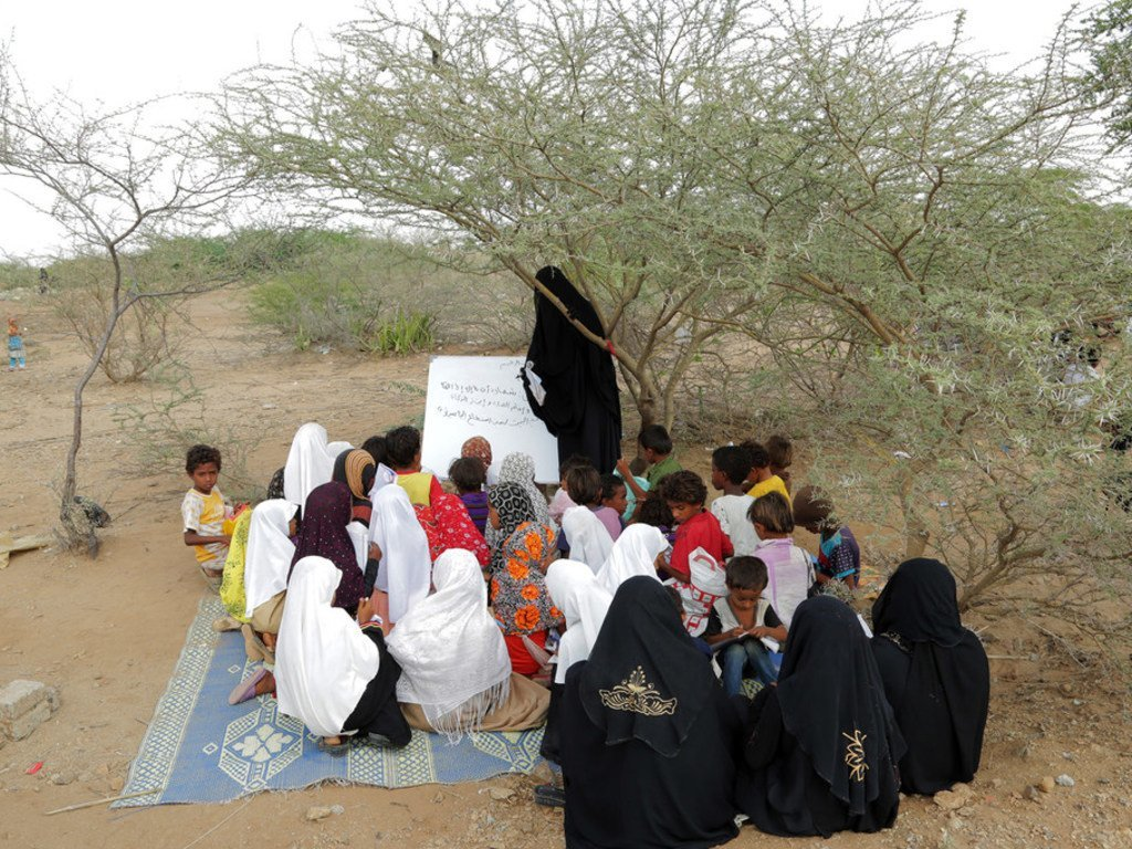Wanafunzi wakisomea chini ya mti, Hudaydah,Yemen.