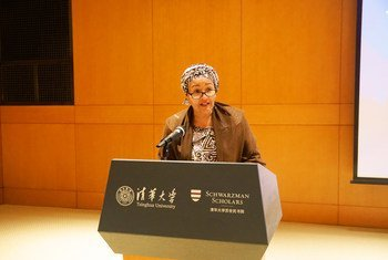 La vicesecretaria general de la ONU, Amina Mohammed, durante su discurso sobre cambio climático en la Universidad Tshinghua en Beijing, China.