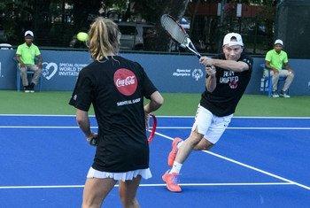 Javier Vásquez, vicepresidente de Programas de Salud de las Olimpiadas Especiales, participan en los juegos unificados de tenis en Santo Domingo, la capital de la República Dominicana.