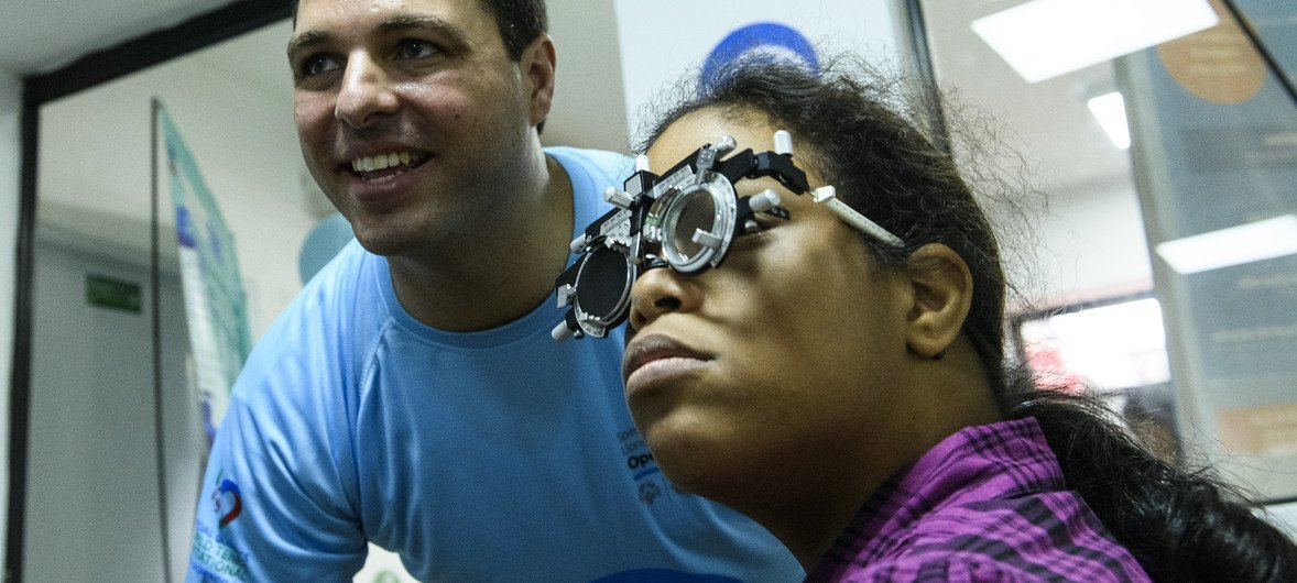 Un oftalmólogo de Santo Domingo, capital de la República Dominicana, trabaja como voluntario para las Olimpiadas Especiales.