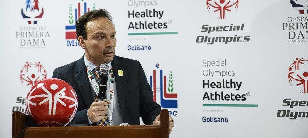 Javier Vasquez, vicepresidente de Programas de Salud de las Olimpiadas Especiales, da la bienvenida a los atletas y voluntarios en los juegos de tenis.