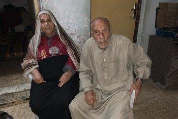 فاطمة النمنم، 74 عاما، وزوجها محمد النمنم، 84 عاما، لاجئان فلسطينيان منذ عام 1948، يعيشان في مخيم الشاطئ في غزة.