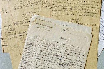 Черновики первых версий Всеобщей декларации прав человека. В процессе работы над текстом было предложено 150 поправок.