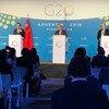 الأمين العام أنطونيو غوتيريش في مؤتمر صحفي في قمة مجموعة العشرين في بوينس أيرس بالأرجنتين. شارك في المؤتمر الصحفي وزير خارجية الصين (يسار) ووزير خارجية فرنسا (يمين). 2018.
