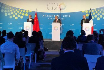 Le Secrétaire général de l'ONU, António Guterres, lors d'un point de presse durant le sommet du G20 à Buenos Aires aux côtés des chefs des diplomaties chinoise, Wang Li et française, Jean-Yves le Drian.