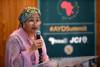 La Vice Secrétaire générale des Nations Unies, Amina Mohammed, intervient au Sommet de la jeunesse africaine à Johannesburg, en Afrique du Sud, le 30 novembre 2018.