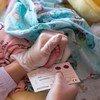 एक सप्ताह की उम्र के एक बच्चे का रक्त नमूना एचआईवी संक्रमण के परीक्षण के लिए इकट्ठा करती एक चिकित्साकर्मी. ये किरगिज़स्तान का एक एड्स केंद्र है. (नवंबर 2017)